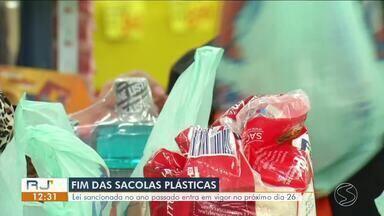 Fim das sacolas plásticas: lei sancionada em 2018 entra em vigor no próximo dia 26 - Empresas tiveram um ano para se adequarem e agora ficarão proibidas de distribuírem saquinhos descartáveis para consumidores.