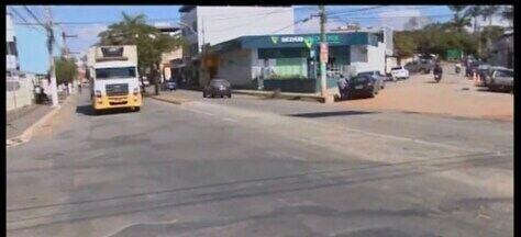 Falta de sinalização em cruzamento de ruas em Divinópolis preocupa moradores - A quantidade de acidentes no cruzamento das Ruas Rio de Janeiro e Bahia preocupa quem trabalha e mora na região. A produção do MG1 procurou a Prefeitura para falar sobre o assunto.