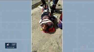 Morador de rua fica duas horas e meia na calçada até ser atendido pelo SAMU - Segundo relatos, o homem teve algumas convulsões e as pessoas ao redor tentavam ajudar sem recursos.