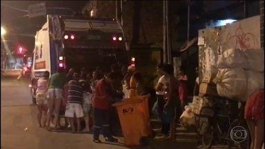 Um retrato da miséria em Pernambuco - Pessoas se aglomeram ao redor de um caminhão de lixo para retirar alimentos que um supermercado descartou.