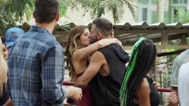 Para provocar Marco, Carla beija Madureira - Marco sugere que Carla tem medo de se envolver com um homem como ele e ela toma uma atitude. Cleber ironiza o major e leva um pito de Anjinha