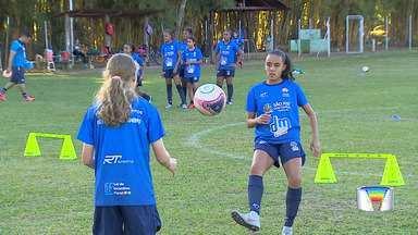 Meninas sonham com carreira no futebol - Seleção inspira muitas meninas a se tornarem jogadoras.