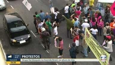 Manifestantes bloqueiam trecho da Avenida Brasil, na altura do Into - Grupo de manifestantes faz bloqueio na Avenida Brasil, altura do Into. Manifestantes contra reforma da Previdência fecham trecho da Avenida Brasil