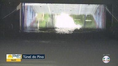 Mulher morre em carro que afundou em túnel alagado após chuva no Recife - Vítima estava em um carro no túnel e não conseguiu sair por não saber nadar, segundo os Bombeiros.