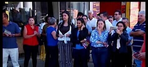 Manifestação contra a reforma da Previdência e bloqueios na educação é realizada em Araxá - Movimentos sindicais também protestam contra a privatização da Copasa. Algumas escolas da rede pública estão sem aulas devido ao movimento nesta sexta (14).