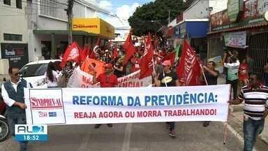 Manifestantes protestam contra a Reforma da Previdência em Arapiraca - Sindicatos de várias categorias, movimentos sociais, estudantes e trabalhadores autônomos também foram às ruas para protestar contra as medidas adotadas pelo Governo Federal.