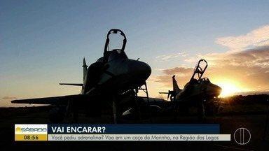 """""""Vai Encarar?"""" sobrevoa a Região dos Lagos do Rio em um caça da Marinha - Gustavo Garcia faz voo em um A-4 Skyhawk."""