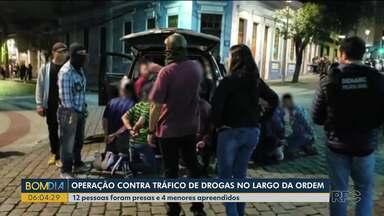 Polícia faz operação contra o tráfico de drogas no Largo da Ordem, em Curitiba - 12 pessoas foram presas e 4 menores apreendidos.