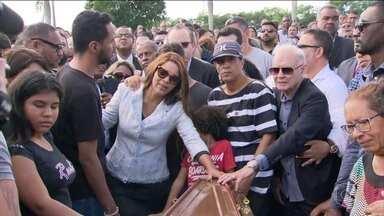 Marido da deputada federal Flordelis (PSD) é enterrado - Foi enterrado nesta segunda-feira (17), na região metropolitana do Rio, o pastor Anderson do Carmo de Souza, marido da deputada federal Flordelis, do PSD. O pastor foi assassinado ontem na porta de casa, em Niterói.