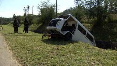 Kombi cai em córrego e acidente deixa dois homens feridos em São José - Três homens voltavam de uma pescaria em Caraguá, quando o motorista perdeu o controle e saiu da pista.