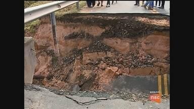 Cratera segue aberta em rodovia de Sangão - Cratera segue aberta em rodovia de Sangão