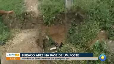 Buraco coloca em risco poste em Santa Rita na Paraíba - Moradores estão com medo que o poste caia.