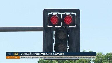 Câmara vota nesta terça-feira projeto sobre parada no sinal vermelho durante madrugada - O projeto prevê que motoristas que passarem no sinal vermelho entre às 23 horas e 5 da manhã não sejam multados, a CMTU e Polícia Militar são contra a aprovação.