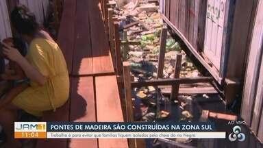Pontes de madeira são construídas na zona Sul de Manaus - Trabalho é para evitar que famílias fiquem isoladas.