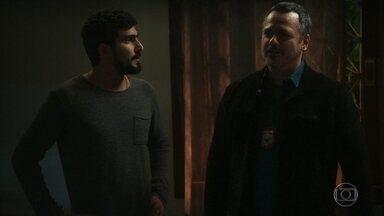 Almeidinha revela por que Helena quis denunciar Elias - O delegado conta que Helena alegou ter sido influenciada por Dalila/Basma para fazer a acusação. Laila fica chocada