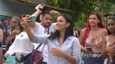 Danielle Estevão é libertada e comemora ao lado de parentes, amigos e moradores de Magé - Esteticista que havia sido presa no lugar da irmã desfilou em carro de som pelas ruas da cidade.