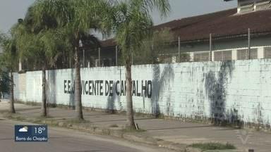Defesa Civil interdita escola de Bertioga, SP, por problemas estruturais - A Escola Estadual Jardim Vicente de Carvalho apresenta rachaduras e precisou ser interditada nesta terça-feira (18).