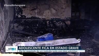 Adolescente e sobrinho de 2 anos ficam feridos durante incêndio em casa, em Goiânia - Eles, que têm 14 e 2 anos, foram deixados sozinhos com outra criança, de 4 anos. Jovem que cuidava deles foi fazer prova na escola. Suspeita é que vela tenha iniciado chamas.