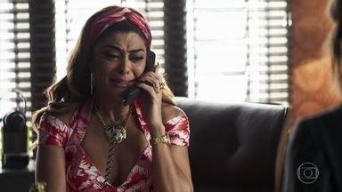 Maria fica sabendo da morte do pai - Evelina liga para a filha para dar a notícia. Jô e Kim tentam convencer a empresária a pagar para mobiliar o estúdio