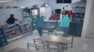 Câmeras de seguranças registram assalto a bar em Alumínio - Câmeras de seguranças registraram um assalto a um bar em Alumínio (SP), na noite de terça-feira (18).