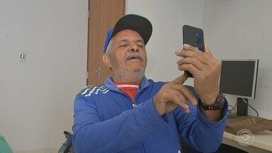 Idosos utilizam celular para ajudar no controle da saúde - Muitos idosos estão na onda da tecnologia e o celular se tornou um aliado no controle da saúde.