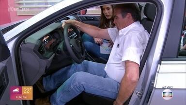 Dicas para ajustar retrovisor e posicionar banco do motorista tornam viagem mais segura - Até objetos decorativos, pendurados no espelho retrovisor, podem atrapalhar a visibilidade do condutor do veículo. Os acessórios, como o popular assento de bolinhas, também podem criar 'armadilhas' se não forem instalados corretamente.