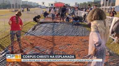 Festa de Corpus Christi movimenta a Esplanada dos Ministérios - Cerca de 600 jovens de paróquias e grupos católicos do DF se reúnem em frente à Catedral de Brasília para confeccionar os famosos tapetes, em homenagem a Cristo. À tarde, tem missa e procissão.