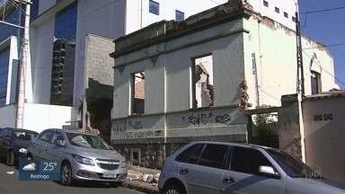Mato e sujeira tomam conta de casa abandonada no Centro de Ribeirão Preto, SP - Local se transformou em um problema para moradores e comerciantes próximos.