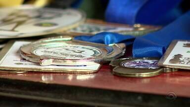 Dois irmãos em Viamão têm juntos mais de 60 medalhas de competições de xadrez - Projeto que ensina os alunos a jogarem começou nas aulas de matemática da escola.