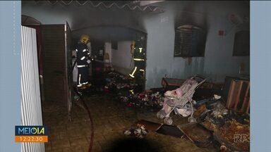 Casa da família do bebê morto em Arapongas é incendiada - De acordo com testemunhas, 3 pessoas teriam pulado o muro e colocado fogo na casa. Até agora ninguém foi preso.