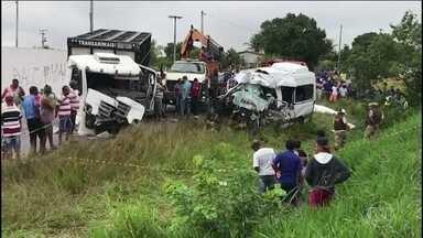 Oito pessoas morrem e três ficam feridas em acidente no interior da Bahia - O acidente foi na manhã desta quinta-feira (20). Os três feridos foram levados para o hospital Cleriston Andrade. De acordo com os médicos, eles estão em situação estável.