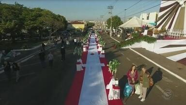 Corpus Christi atrai milhares de fiéis em Ibitinga - A repórter Vanessa Aguiar está em Ibitinga e mostra a movimentação no Corpus Christi na cidade que realiza o evento há 37 anos.
