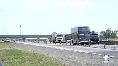 Trânsito congestionado na Via Dutra, no acesso ao litoral de SP - Trânsito está congestionado no início do feriado.
