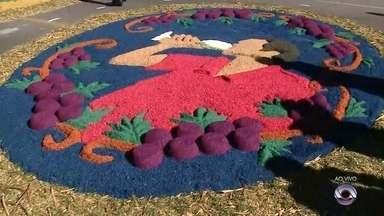 Municípios da Serra celebram dia de Corpus Christi - Comunidades confeccionam tapetes de serragem para procissões.