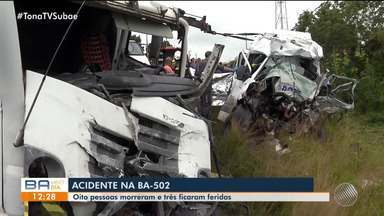 Acidente entre caminhão carregado de frango e van deixa oito pessoas mortas na BA-502 - Tragédia aconteceu no início da manhã desta quinta-feira (20), entre Feira de Santana e São Gonçalo dos Campos.