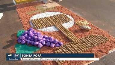 Tapete de Corpus Christi na fronteira - Amizade entre Brasil e Paraguai também aparece na confecção do tapete.