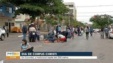 Tapetes de Corpus Christi colorem ruas de Corumbá - Em Corumbá celebração atrai muitos jovens.