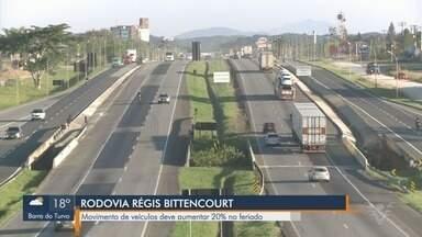 Movimento de veículos aumenta durante o feriado na Rodovia Régis Bittencourt - Quantidade de veículos que passam pela rodovia deve aumentar em 20%.
