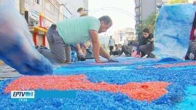 Fiéis se reúnem para manter a tradição dos tapetes de Corpus Christi no Sul de Minas - Fiéis se reúnem para manter a tradição dos tapetes de Corpus Christi no Sul de Minas