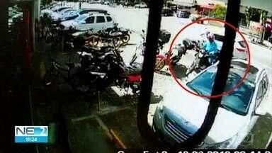 Vídeos mostram assalto e tiroteio na frente de banco em Boa Viagem, no Recife - Na ação, um bandido ficou ferido e foi preso e um comerciante levou uma bala perdida