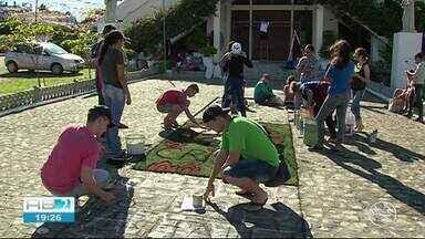 Fiéis confeccionam tapetes para Dia de Corpus Christi em Caruaru - Dia será comemorado com celebração eucarística.