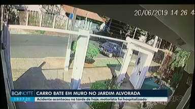 Carro bate em muro no Jardim Alvorada - Câmera de segurança registrou o momento do acidente