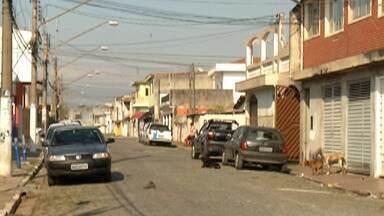 Pai e filho são baleados em Suzano - Eles foram feridos quando ladrões invadiram a casa das vítimas.