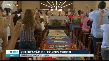 Católicos lotam igrejas de Belém para celebrar Corpus Christi - O tapete feito de serragem remete à chegada de Jesus em Jerusalém e chamou atenção dos fiéis.