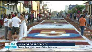 Tradição dos tapetes de serragem se repete há mais de 40 anos em Capanema, no Pará - As figuras se espalham por um percurso de 1400 metros.