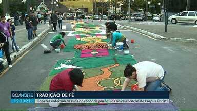 Tradição e fé marcam o dia de Corpus Christi em Londrina - Tapetes enfeitaram as ruas ao redor de paróquias na celebração de Corpus Christi.