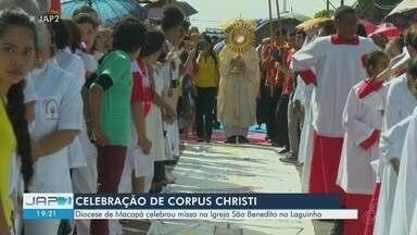 Celebração do Corpus Christi em Macapá mobiliza centena de fieis pelas ruas do Centro - Programação teve procissão e os famosos tapetes. Diocese celebrou missa na igreja São Benedito, no Laguinho.