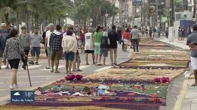 Fiéis montam os tradicionais tapetes de Corpus Christi - As celebrações na Paróquia Nossa Senhora das Graças, em Praia Grande, contou com a participação da comunidade.