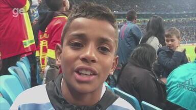 Menino de 10 anos ganha camisa de Cavani no intervalo do jogo na Arena - Assista ao vídeo.