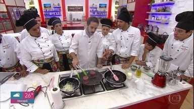 Participantes do 'Super Chef Celebridades' têm workshop com o chef Elia Schramm - Chef ensina dicas para cortar a carne e ainda prepara duas receitas